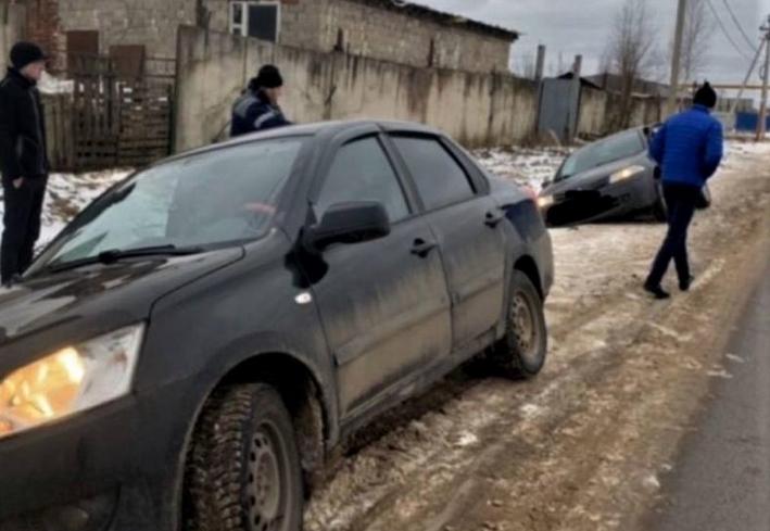 В Сафонове две машины оказались в яме (фото)