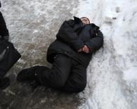 Прохожие не обращали внимания на лежащего на земле мужчину