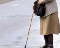 На территории детского сада автомобиль сбил пенсионерку