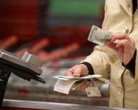Внимательная смолянка прихватила с прилавка чужие деньги