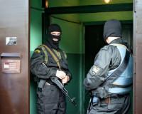 В Смоленске сотрудники правоохранительных органов ворвались в квартиру банды жуликов всероссийского масштаба (видео)