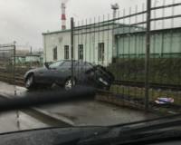 В Смоленске «Лада Приора» вылетела за забор через встречную полосу