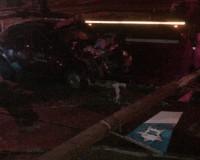 Смоленский таксист влетел в бетонный столб