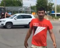 Видео: Водитель кроссовера обматерил пешеходов