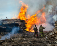 В Ярцеве на пилораме случился пожар