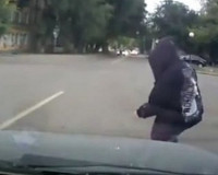 Беспечный пешеход попал под колеса автомобиля