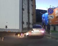 Видео: На парковке ТРЦ «Макси» водитель легковушки задел грузовик