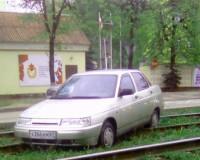 Отечественный автомобиль остановил трамвайное сообщение в городе