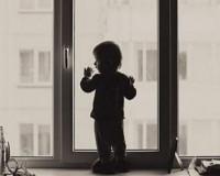 «Пьяная мамаша выкинула из окна маленьких дочерей»
