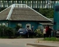Легковой автомобиль протаранил дом