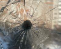 Неизвестный расстрелял окно квартиры в Смоленске