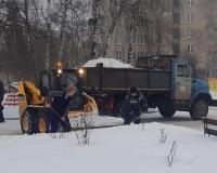 В Смоленске продолжают убирать улицы после снегопада