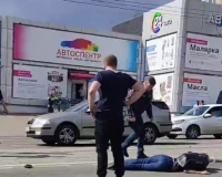 В Смоленске на видео попал момент столкновения мотоциклиста и легковушки