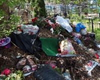 Посетители кладбища устроили на его территории помойку (фото)