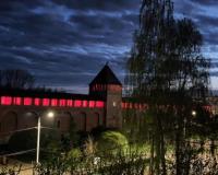 В честь Дня Победы смоленская крепостная стена заиграла красными огнями