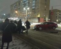В центре Смоленска произошла жёсткая авария, в результате которой пострадали люди (видео)