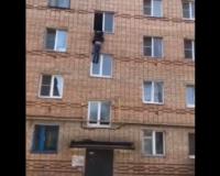 В Смоленской области мужчина выпал из окна квартиры. Этот момент попал на видео