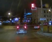 Невнимательный автомобилист проехал на запрещающий сигнал светофора (видео)
