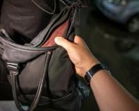 В Смоленске грабитель вырвал из рук женщины сумку и сбежал