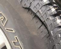Хулиганы порезали шины автовладелице (фото)
