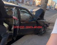 """Иномарка """"поцеловала"""" столб в центре Смоленска. Жертв чудом удалось избежать"""