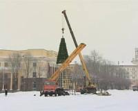 На центральной площади в Смоленске устанавливают новогоднюю ёлку