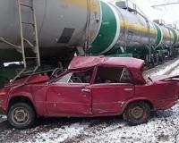 В Смоленской области легковой автомобиль врезался в поезд