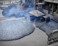 Ямы на смоленских дорогах начали заделывать горячим литым асфальтобетоном