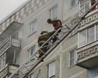 Видео: Спасатели эвакуировали мужчину из горящего дома