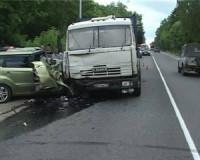 В Смоленске водитель «легковушки» чудом остался жив, врезавшись в КамАЗ