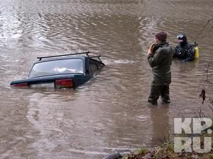 В смоленском озере утонул автомобиль