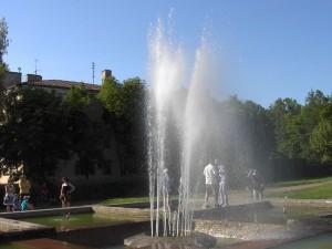 Смоленский фонтан бьет рублем