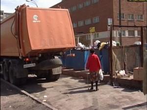 В Смоленске мусорщики взялись за работу по вывозу мусора