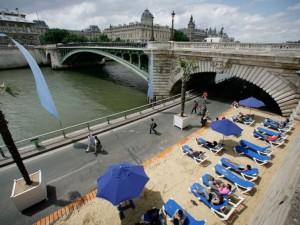 Теперь в центре Парижа есть пляж