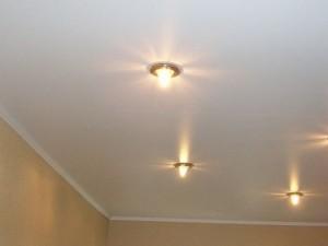Различные варианты оформления потолка