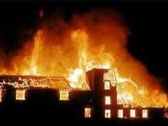 Двухквартирный деревянный дом загорелся в Смоленской области