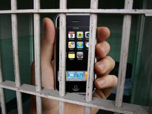В Смоленской области сотрудник УФСИН за взятку снабдил заключенных сотовой связью