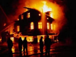 В Смоленске на улице Нижняя Дубровенка сгорел трехэтажный дом