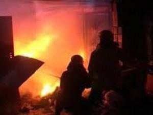 Под Смоленском спасатели эвакуировали «семёрку» из горящего гаража