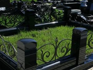 Гранитный цоколь в комплексе на могилу