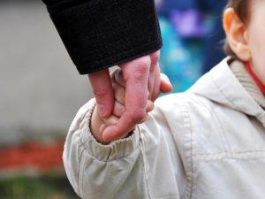 Под Смоленском судебные приставы забрали ребенка у мамы, больной туберкулезом