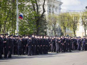 В Смоленске в преддверии Дня Победы прошёл строевой смотр полиции