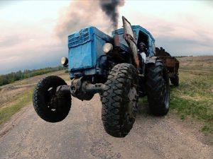 В Смоленской области ночью трактор опрокинулся в кювет