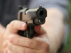 В Смоленске хулиган пытался застрелить из пистолета супружескую пару