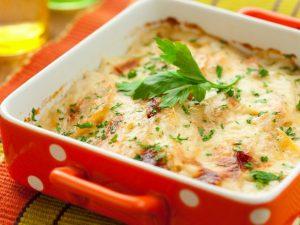 Картофельный пирог с домашним сыром в заливке из сливок и белого вина