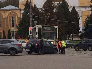 В Смоленске на площади Победы кроссовер врезался в трамвай
