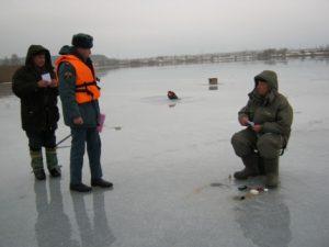 Смоленские спасатели инспектируют излюбленные места рыбаков