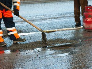 В Смоленске продолжается «ямочный» ремонт дорог