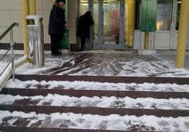 В Смоленске полицейский помог женщине, которая поскользнулась на ступеньках торгового центра