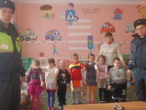 В Смоленской области дорожные полицейские проводят профилактические акции в детских садах